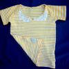 Børnetøj: gul-hvid stribet T-shirt med blonder i halskant