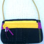 sort clutch med sort blonde og hank af guldfarvet elektrisk ledning - bagfra