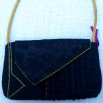 sort clutch med sort blonde og hank af guldfarvet elektrisk ledning - forfra