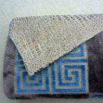 Clutches: ullaulla clutch brun/blå firkantet mønster med klap i beige guld dyreprint. Clutchen er syet af møbelstof.